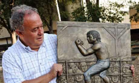Clive Bettington, chairman of the Jewish East End Celebration Society, with a commemorative plaque of Jewish boxer Daniel Mendoza