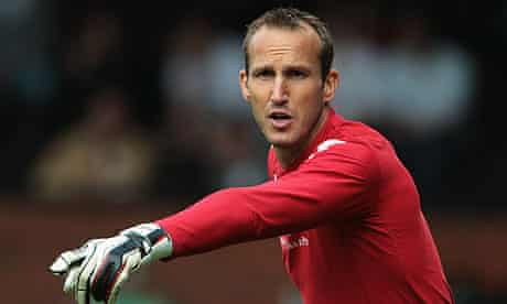 Mark Schwarzer has told Fulham that he wants to leave the club and join Arsenal