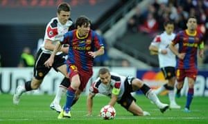 Lionel Messi evades Michael Carrick and Nemanja Vidic during Champions League final