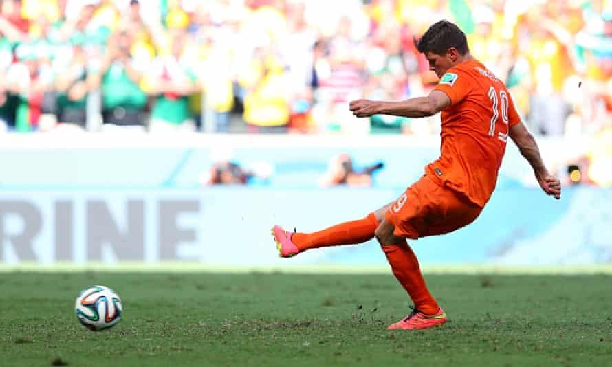 Klass Jan-Huntelaar slots home the 90th minute penalty that won the match for Holland after Mexico h