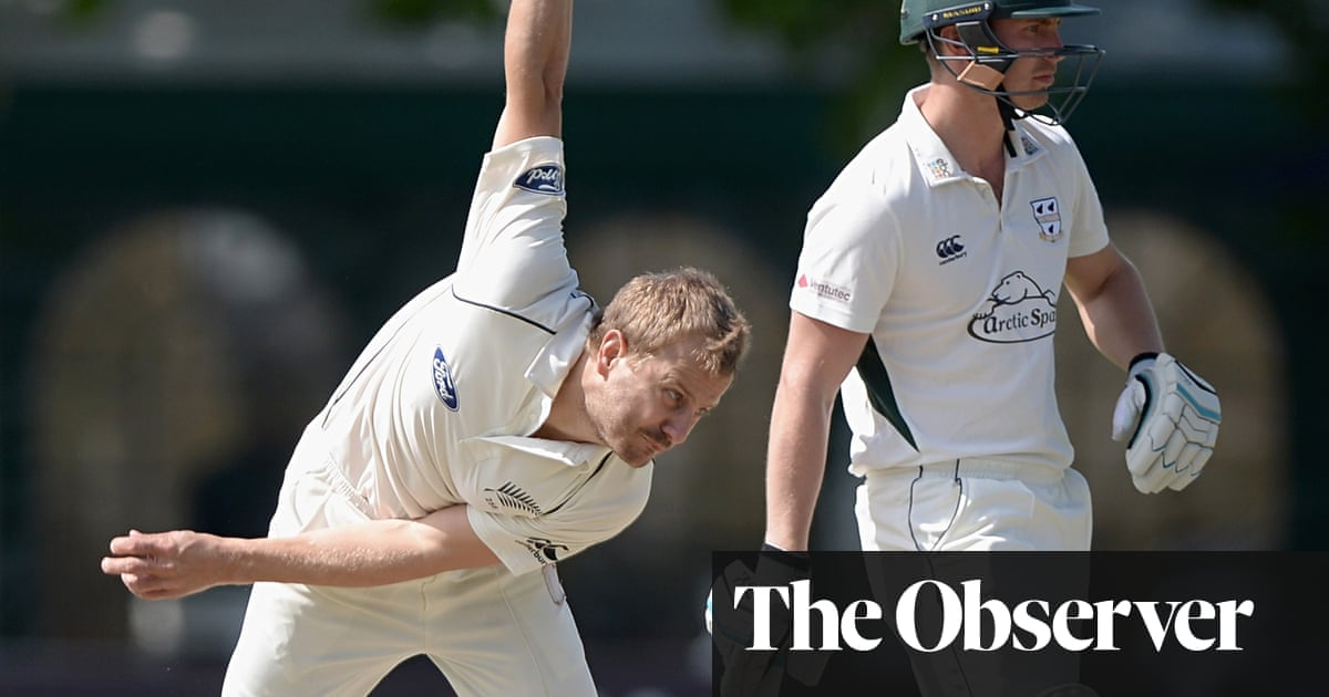 Worcestershire struggle as Martin Guptill takes charge for New Zealand