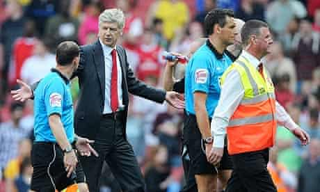 Arsene Wenger complains to a linesman