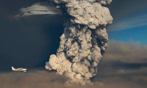 Plane flies past the Grimsvotn volcano