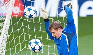 Manuel Neuer trains ahead of Schalke's Champions League tie at Manchester United