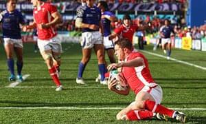 Shane Williams scores Wales' try against Samoa