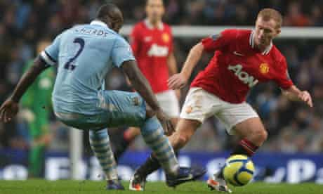Paul Scholes tangles with Micah Richards