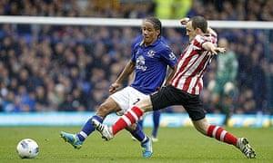 Sunderland's David Vaughan and Everton's Steven Pienaar battle