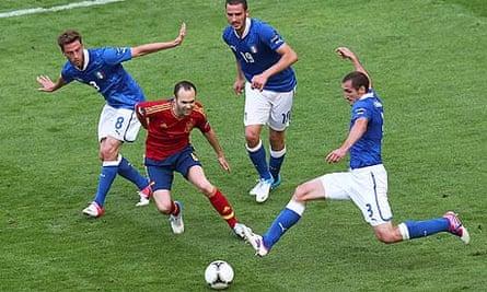 Andreas Iniesta confronts three Italians