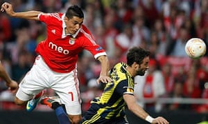 Benfica's Oscar Cardozo fights Fenerbahce's