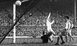 Alfredo Di Stéfano scores for Real Madrid in the 1960 European Cup final