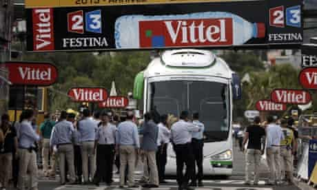 Tour de France - Orica GreenEdge's bus gets stuck