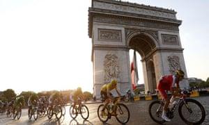 Chris Froome goes past the Arc de Triomphe