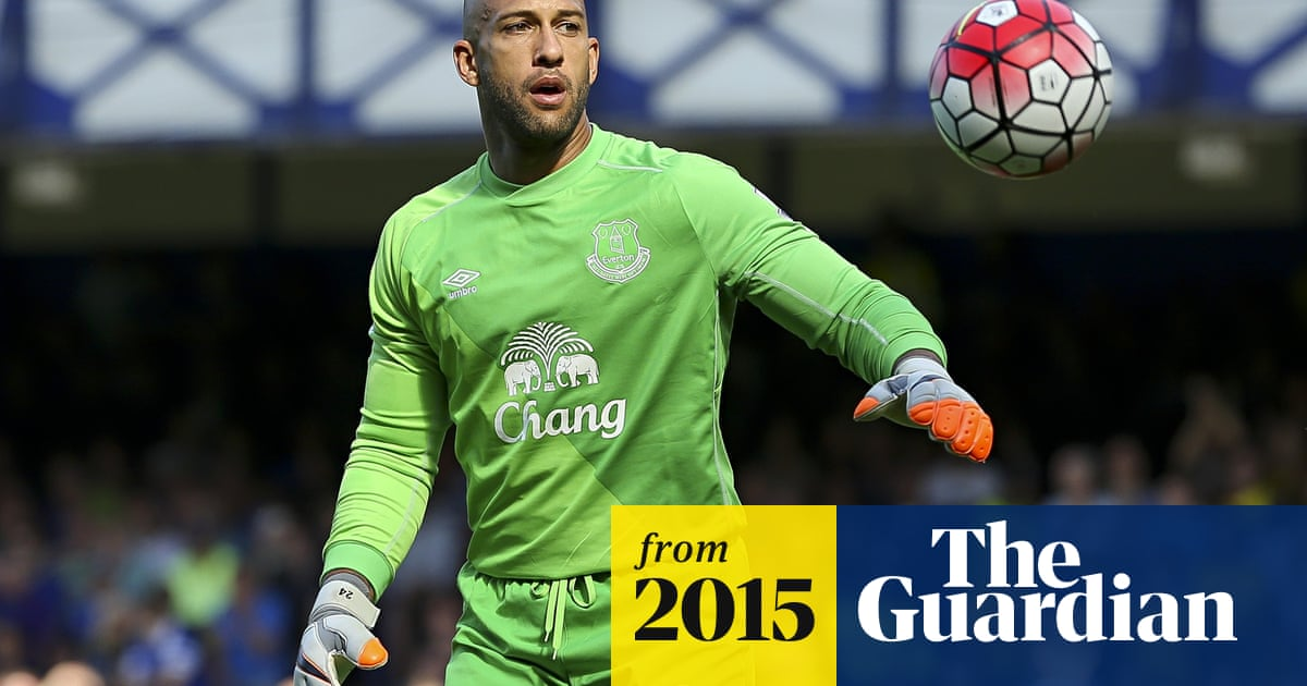 promo code 9d86d cd919 Everton and USA goalkeeper Tim Howard shows off his ...