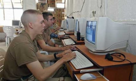 US soldier uses the internet