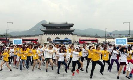 Foreign K-pop fans flashmob in Seoul