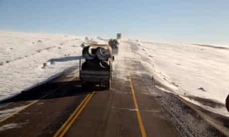 Lorries struggle thru icy winds