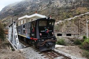 Ecuador train: Crossing the River Alausi bridge near Sibambe
