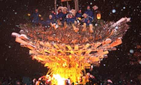 Nozawa Onsen's 42-year-olds on top of the burning shrine