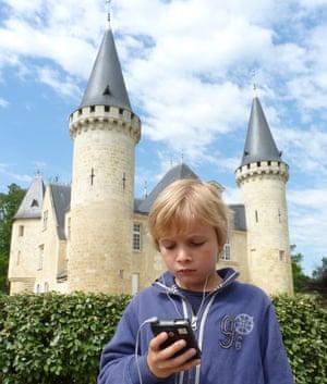Thomas follows the iPod tour at Château d'Agassac