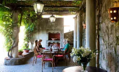 Alfresco dining at Villa Moritos
