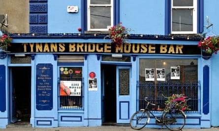 Exterior shot of Tynan's Bridge House Bar in Kilkenny, Ireland