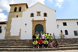 The peloton and crew in Villa de Lleyva