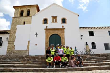 The peloton and crew in Villa de Lleyva